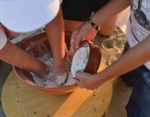 Στο πρότζεκτ «Aegean mamas know best» του προγράμματος «Taste the seasons», οι μαμάδες των νησιών θα «εκπαιδευτούν» για να χρησιμοποιούν στην κουζίνα τους τοπικά προϊόντα του Νοτίου Αιγαίου.