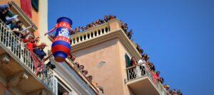 Εντυπωσιακό και θορυβώδες είναι το Πάσχα στην Κέρκυρα, αφού με το σήμα της πρώτης Ανάστασης, οι κάτοικοι της Κέρκυρας πετούν τεράστια πήλινα δοχεία γεμάτα νερό, τους μπότηδες, από τα μπαλκόνια τους.