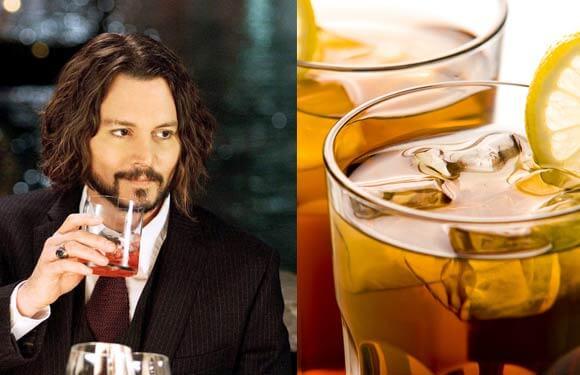 Ο Johnny Depp δίνει την ψήφο εμπιστοσύνης του στο κοκτέιλ Blueberry-Ginger Bourbon Sour.