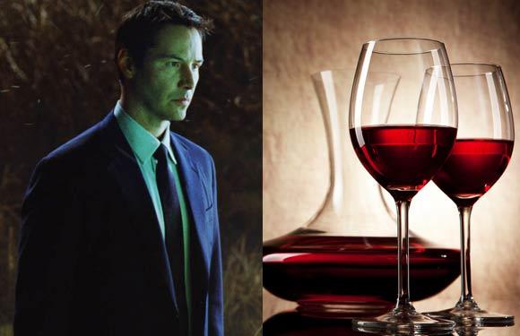 Ο Keanu Reeves χαλαρώνει με ένα ποτήρι εκλεκτό κόκκινο κρασί.
