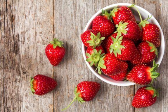 Στη λίστα με τα 12 πιο μολυσμένα φρούτα και λαχανικά κυριαρχούν οι φράουλες