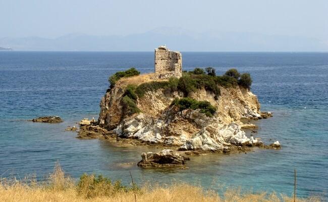Η Νησιώτισσα, η βραχονησίδα που βρίσκεται ανάμεσα στο Ν. Πύργο και τους Ωρεούς.