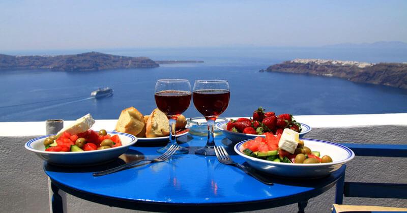 Ετοιμάστε βαλίτσες! Ελληνικές περιοχές διάσημες για τα παραδοσιακά τους φαγητά και ποτά