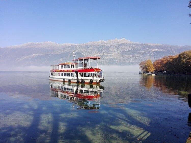 Η λίμνη Παμβωτίδα μαγεύει τον επισκέπτη από την πρώτη στιγμή της άφιξής του στα Ιωάννινα