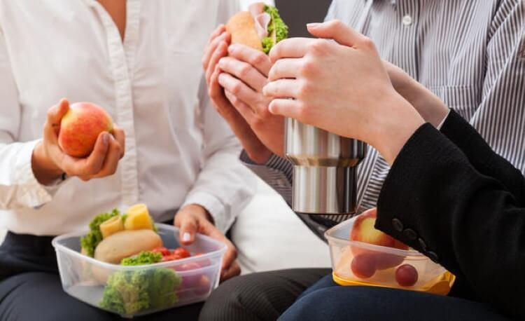 Ένα διάλειμμα για γεύμα στο γραφείο είναι τουλάχιστον απαραίτητο