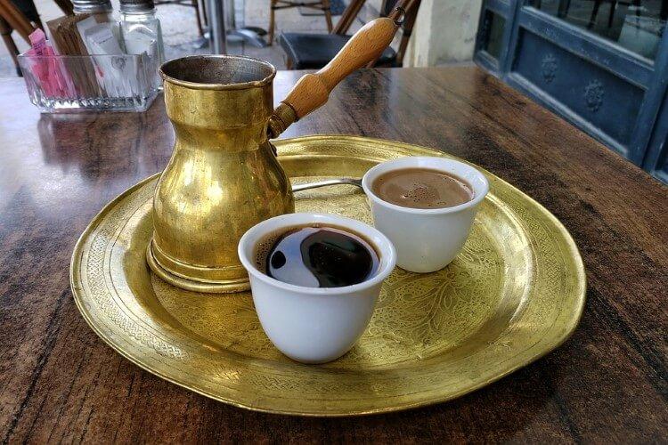 Όσα νέα είδη καφέ και αν ξεπηδήσουν, ο ελληνικός καφές παραμένει στο προσκήνιο.