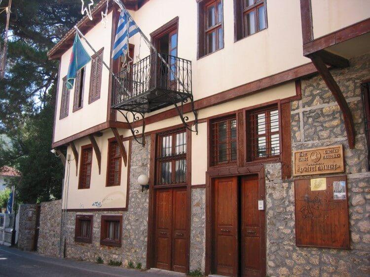 Η Δημοτική Πινακοθήκη «Χρήστος Παυλίδης» στην Ξάνθη στεγάζεται σε ένα αρχοντικό, το οποίο κτίστηκε στα μέσα του 19ου αιώνα.