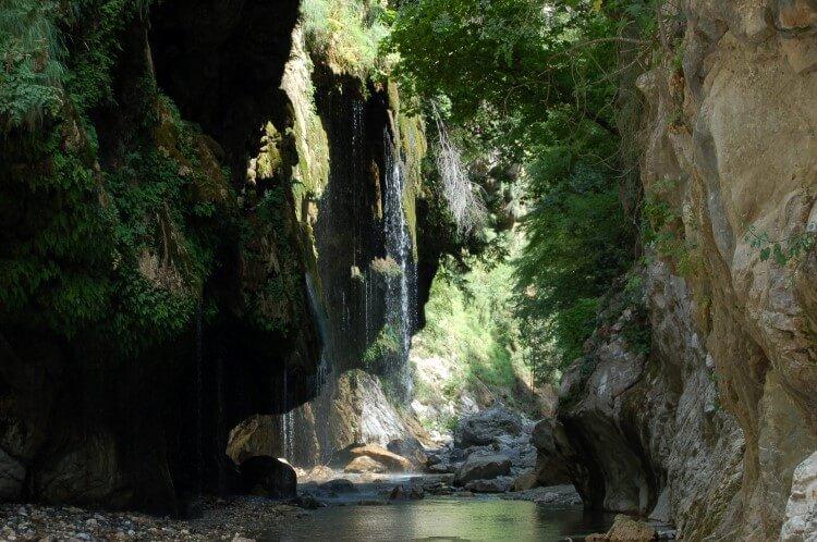 Φαράγγια όπως αυτό του «Πάντα Βρέχει» και της «Μαύρης Σπηλιάς» αποτελούν πόλο έλξης για τους φυσιολάτρες στο Καρπενήσι.