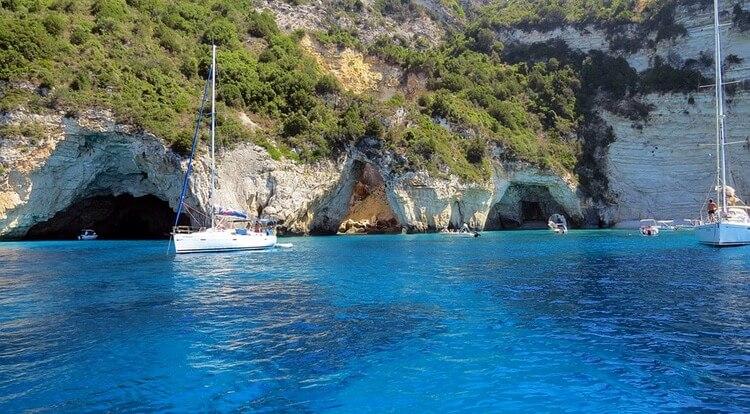 Οι Παξοί και οι Αντίπαξοι έχουν μια σπάνια ομορφιά με τα καταγάλανα νερά, τους επιβλητικούς βράχους και τις σπηλιές τους